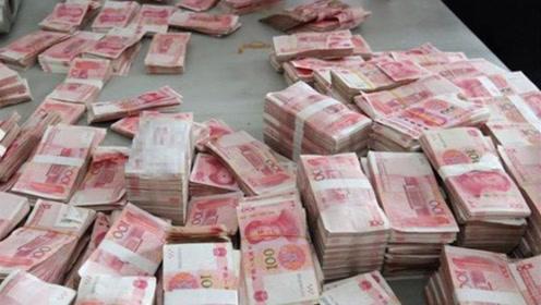 国外的一条街上,成捆的人民币摆在街头,但却为何没人敢拿?