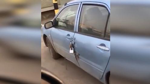 """男子怕汽车被盗竟挂数把大锁 称""""世界最安全汽车"""""""