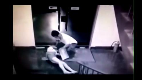 监控:独身女在楼道、电梯、卫生间被袭击的惊恐瞬间