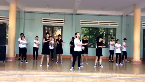 学生课间舞蹈串烧,当跳到《Faded》鬼步舞时同学们尖叫了!