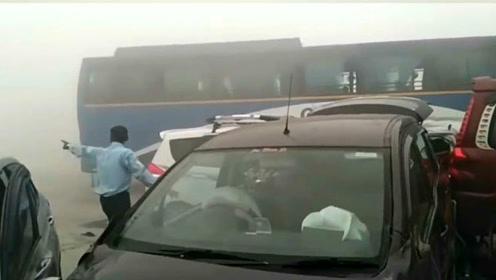雾天行车导致十几辆车相撞,责任应由谁来担