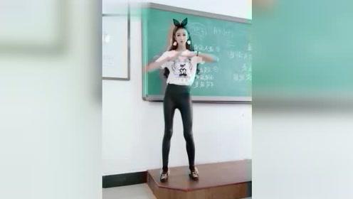 美女班花教室里跳舞,结果老师来了,最后的表情好尴尬