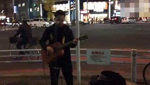 中国小伙在日本街头用日语唱《海阔天空》,后来一唱粤语直接泪奔