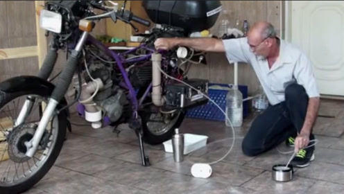 大叔嫌加油太贵,亲自动手研发出烧水摩托车,只要加水就能行驶
