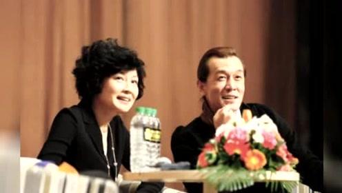 李咏全家近照,剪短了的头发,妻子是春晚总导演,女儿很漂亮