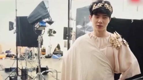 刘昊然拍画报变身希腊美少年 居然被蝴蝶吓到不敢动哈哈