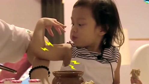 甜馨:我有肌肉了,因为吃鸡肉就会长肌肉,太萌了