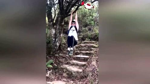 52岁刘嘉玲晒登山照笑容灿烂 却因一个动作惹来争议