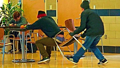 太能玩了,小伙偷着抽走路人椅子,结果被追的满街跑