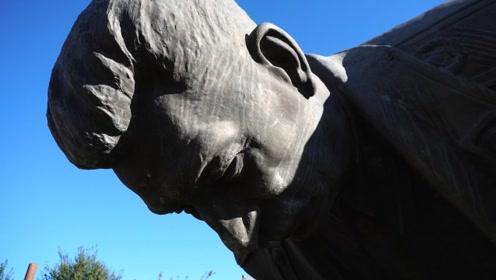 在斯大林的故乡格鲁吉亚,他的纪念雕像居然被遗弃在荒郊垃圾场