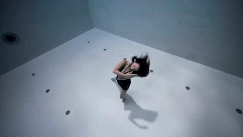 惊艳!她未穿戴任何呼吸装备 世界最深泳池跳舞6分钟