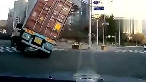 实拍大货车灭门车祸,45吨让小车瞬间压扁