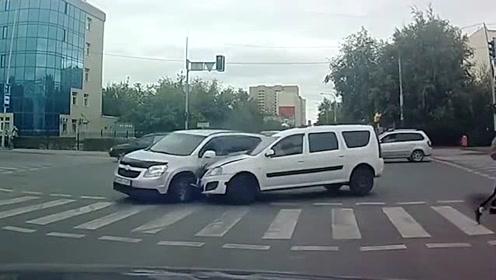 监控拍下最惊险的车祸盘点,连老司机看着都怕了