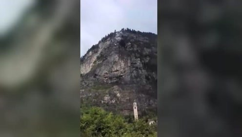 山体滑坡瞬间爆发 百年教堂被烟尘吞没