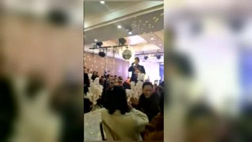 婚礼上,新郎勇气可嘉,敢唱歌表白新娘,一开口自己都笑了!