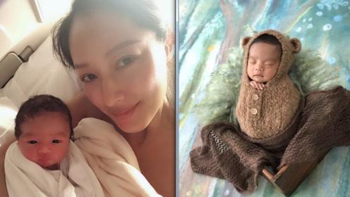 蒋怡庆祝二胎儿子出生,公开孕妇写真,与巨蜥蟒蛇亲密合照