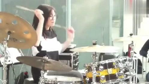 街头美女架子鼓演奏神曲《我们不一样》,动作真的帅爆了!