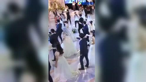浪漫!121对情侣浙大办集体婚礼 华尔兹、海草舞无缝切换