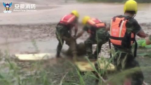 """男子被困泥塘嘴勉强露出水面呼吸 被救出已变""""泥人"""""""