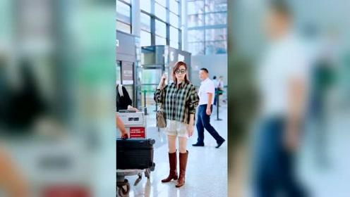 佘诗曼机场终于不穿短靴了,这回换上长靴气场更强!