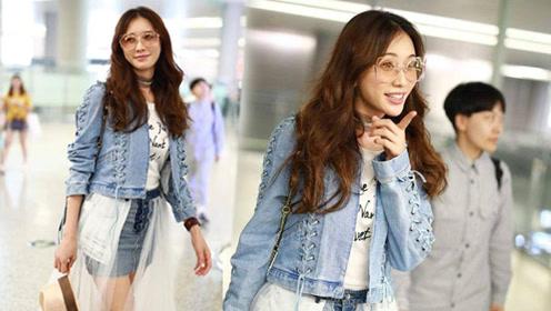 林志玲机场开心像个孩子,牛仔裙蕾丝穿法很有新意