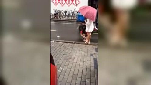 """雨天女孩疑似让妈妈给其擦脚:大声呵斥""""没擦干净"""""""