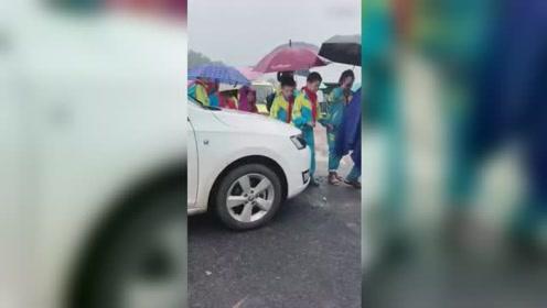 山东女司机强闯小学生队伍