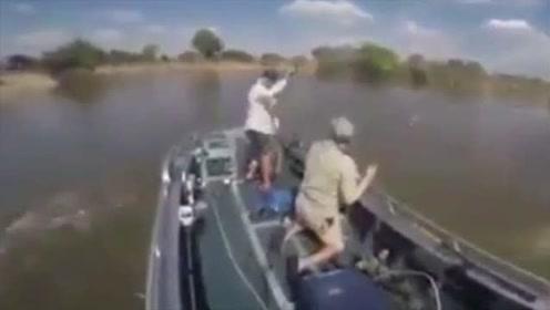 实拍国外男子钓鱼船体遭不明生物袭击时立刻射击,结局自己都害怕