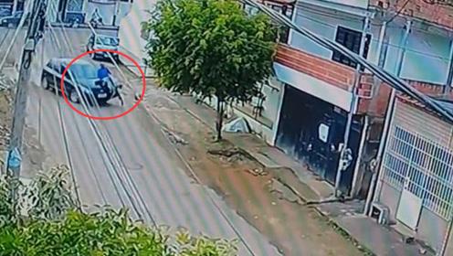 命大!男子被汽车撞在车库门上 竟从车底爬了出来