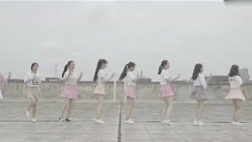 甜美小清新的学生妹妹在天台上秀出火辣韩舞Shake it