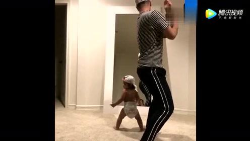 一岁小萌宝站在镜子前跟爸爸斗舞,下一秒宝表现,太可爱了