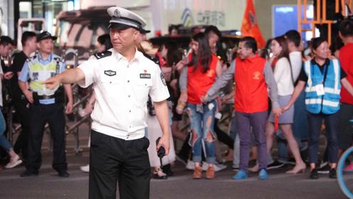 感动!高级警官街头亲自指挥交通