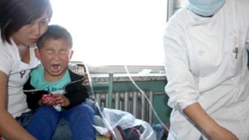 2岁宝宝吃了一包榨菜呕吐不止,好在抢救及时,家长要留心