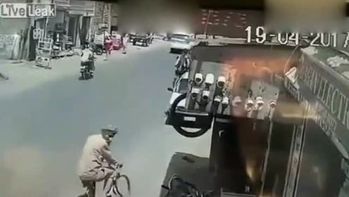 轿车不注意后方来车推开车门,结果造成致命的车祸