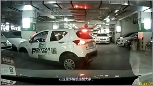 这位女司机让人无语,一脚油门直接撞向奥迪!网友:几个月白挣了