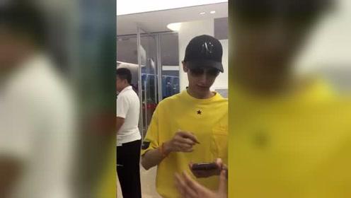 罗云熙机场耐心为粉丝签名 帅气又宠粉谁不pick呢