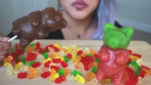 美食吃播外国助眠吃播小姐姐吃涂满巧克力的小熊软糖