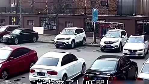 宝马女司机倒车强迫症看了能疯,还撞了两辆车!