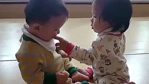 萌娃兄妹喂对方吃东西,画面看着好有爱,真羡慕他们的父母