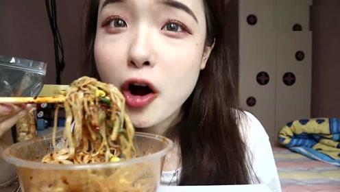上海小姐姐吃凉面,吃相这么辣眼睛