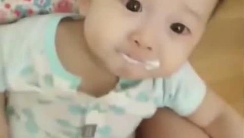 妈妈拿来按摩器给小宝宝按摩,宝宝的表情可爱了!太萌了