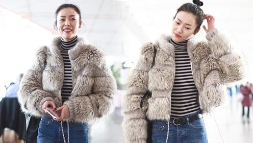 今天的时尚是保暖!刘雯化淡妆涂红唇梳丸子头甜笑