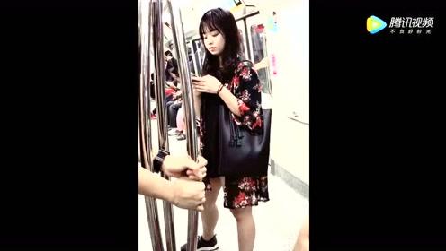 小伙子地铁上秀恩爱,旁边的小姐姐看出了名堂!