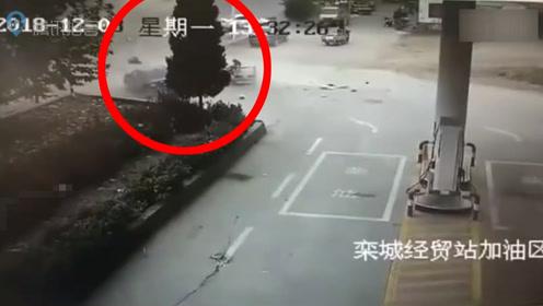 石家庄一加油站附近小轿车与三轮相撞 现场惨烈轮胎脱落
