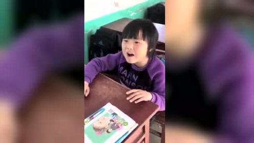 小女孩教室里清唱《沙漠骆驼》还不尽兴,又来了一首《光年之外》