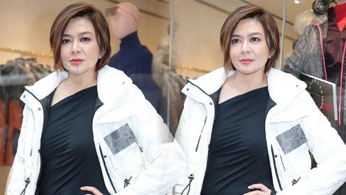 56岁关之琳身穿冬装出席活动 皮肤依然细腻似冻龄