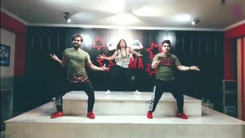 三人随性热舞,印度歌配尊巴,跳出新高度!