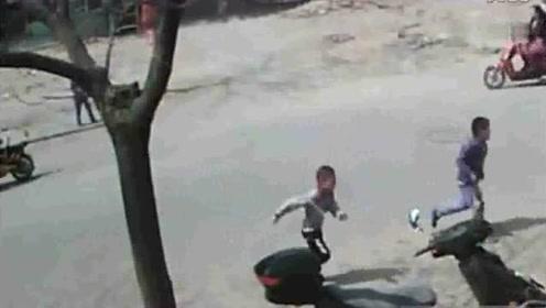 几个熊孩子马路上来回跑挑衅过往车辆,父母看了监控,心都碎了