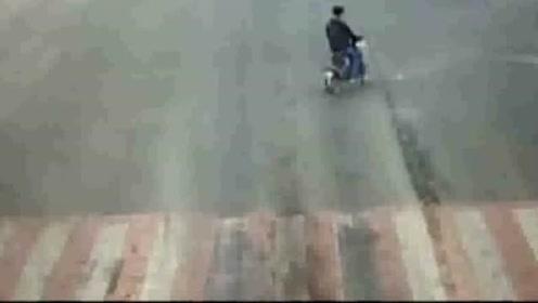 两男女学生骑车并排过马路 被卷入车底后 接下来令人感动