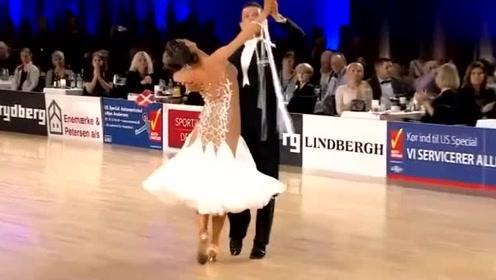 欢快活泼的舞姿,舞者轻快的演绎现场观众跟着鼓掌